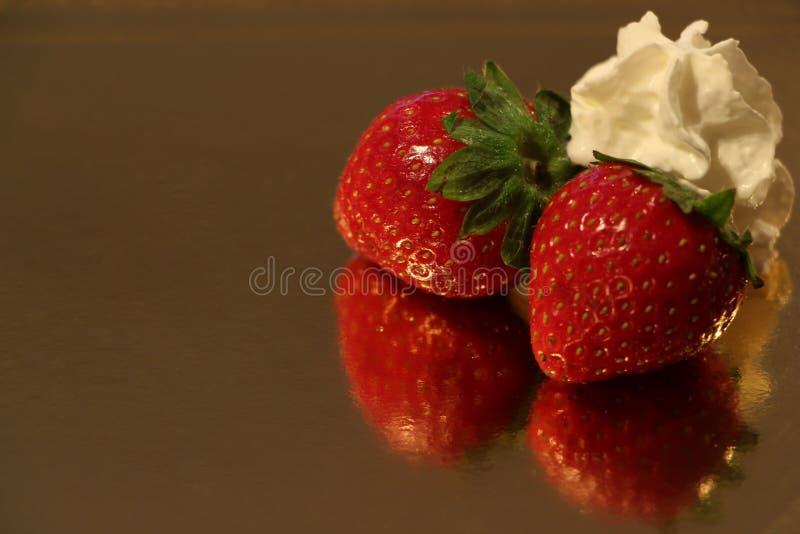 Erdbeeren und Sahne stockfotos