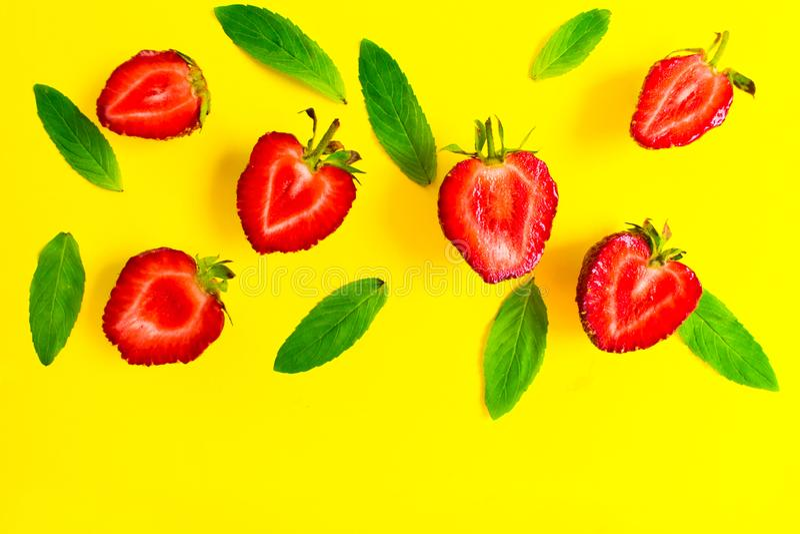 Erdbeeren und tadellose Blätter auf einem hellen gelben Hintergrund Hintergrund für den Entwurf von Fahnen, Website Kopieren Sie  lizenzfreies stockbild