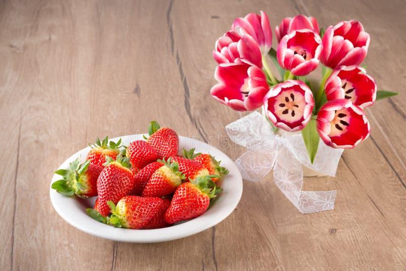 Erdbeeren und Tulpen lizenzfreies stockfoto