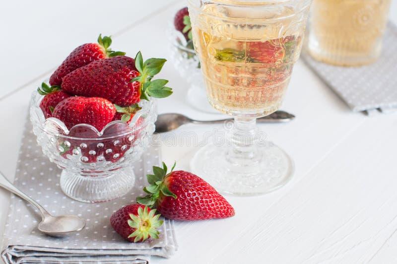 Erdbeeren und Wein stockfotos