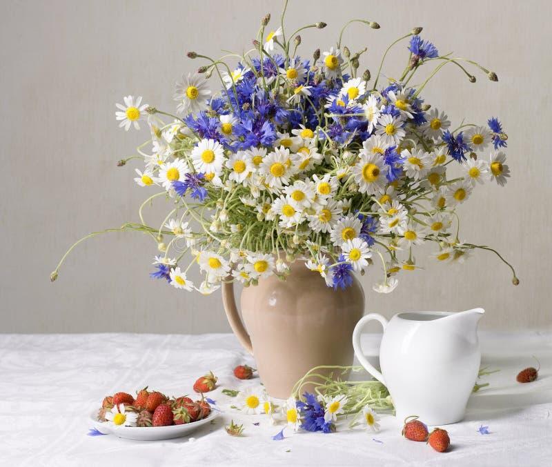 Erdbeeren und wilde Blumen stockfotografie