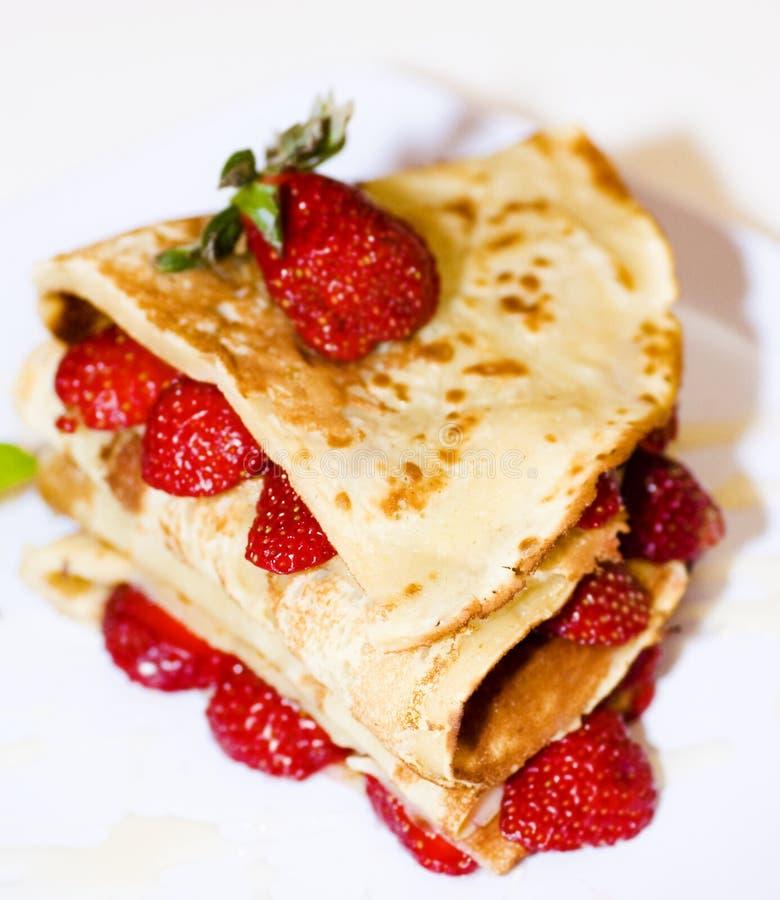 Erdbeerepfannkuchen lizenzfreies stockbild