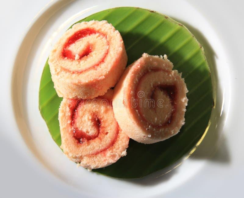 Erdbeererouladekuchen lizenzfreie stockfotos
