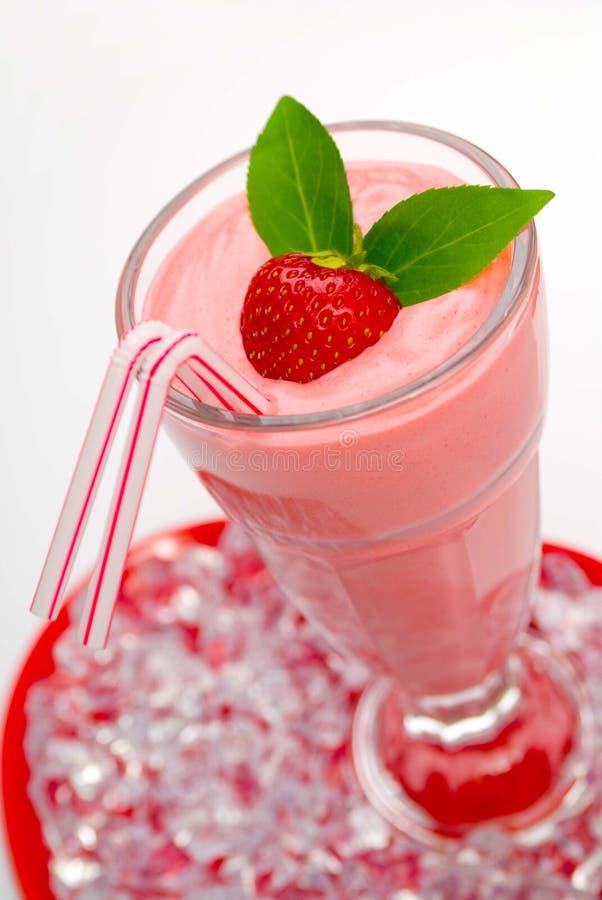 ErdbeereSmoothie lizenzfreie stockfotos