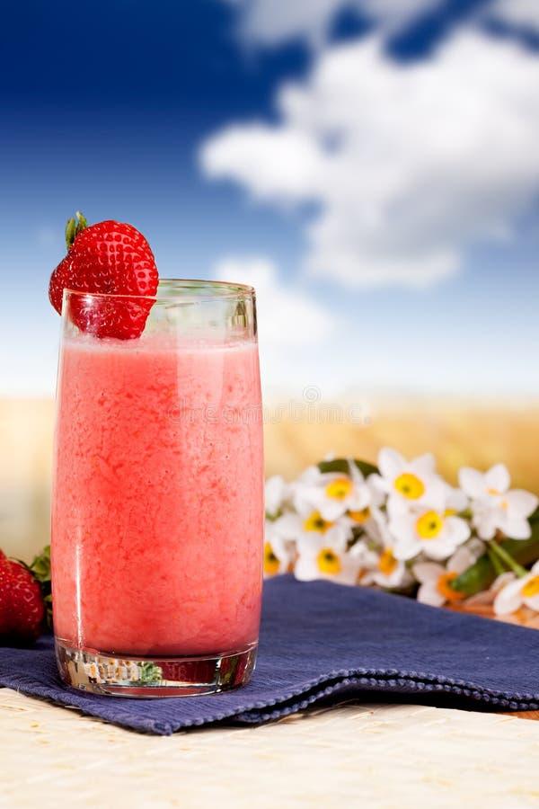 Download ErdbeereSmoothie stockfoto. Bild von blau, nachtisch, diät - 9099330