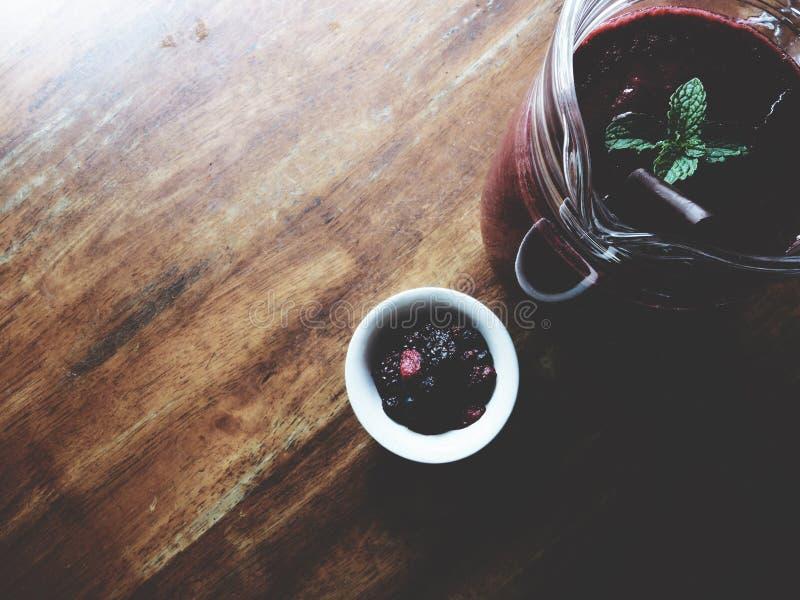 Erdbeeresmoothie auf Holztisch lizenzfreies stockbild