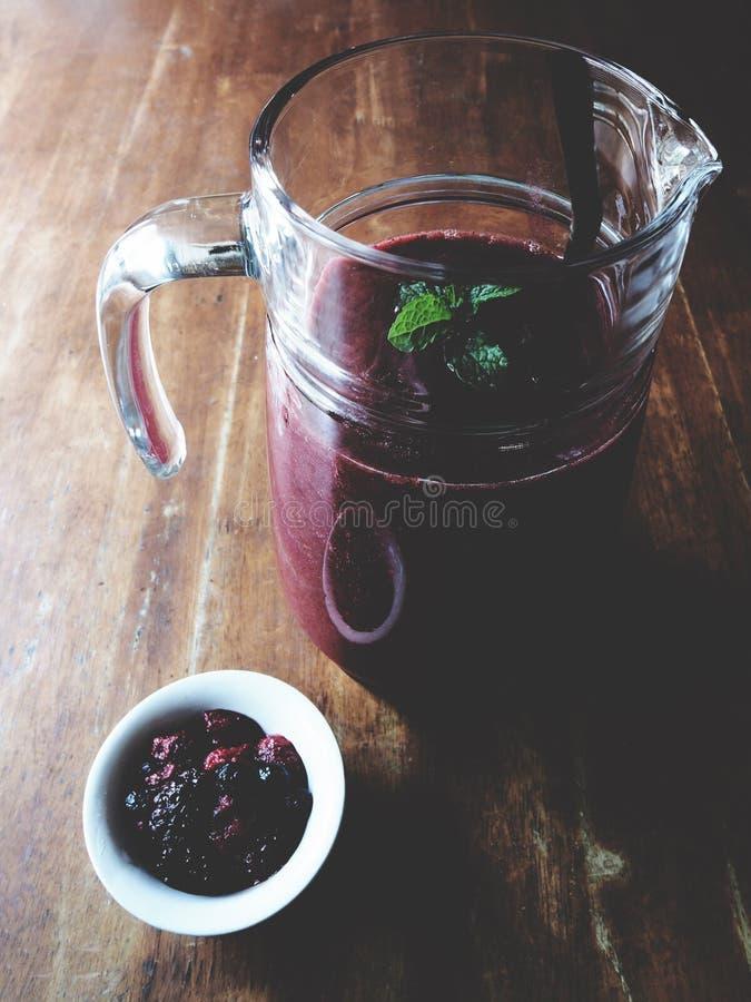 Erdbeeresmoothie auf Holztisch lizenzfreie stockfotos