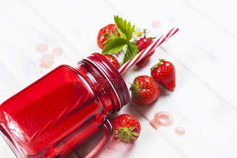 Erdbeeresmoothie im Weckglas mit Stroh stockbilder