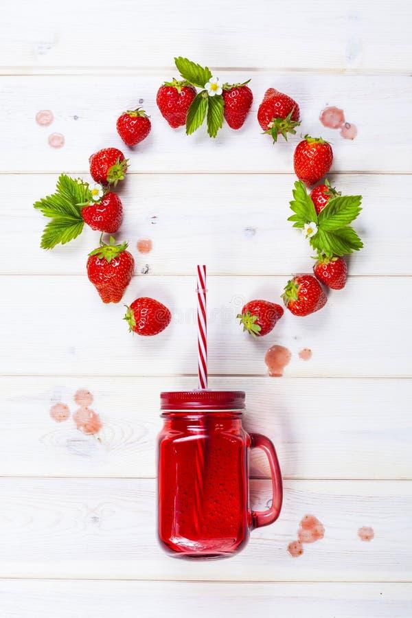 Erdbeeresmoothie im Weckglas mit Stroh lizenzfreie stockfotos