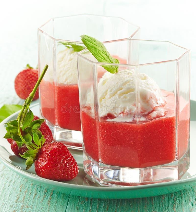 Erdbeeresmoothie mit Eiscreme lizenzfreies stockfoto