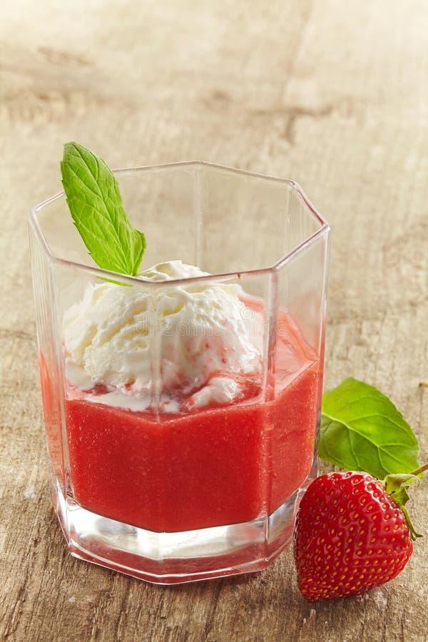 Erdbeeresmoothie mit Eiscreme stockfotografie