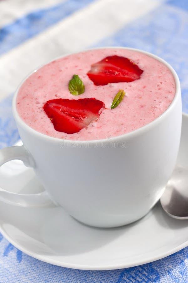 Erdbeeresmoothie mit Jogurt stockfotografie