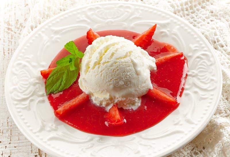 Erdbeeresuppe mit Eiscreme stockfoto