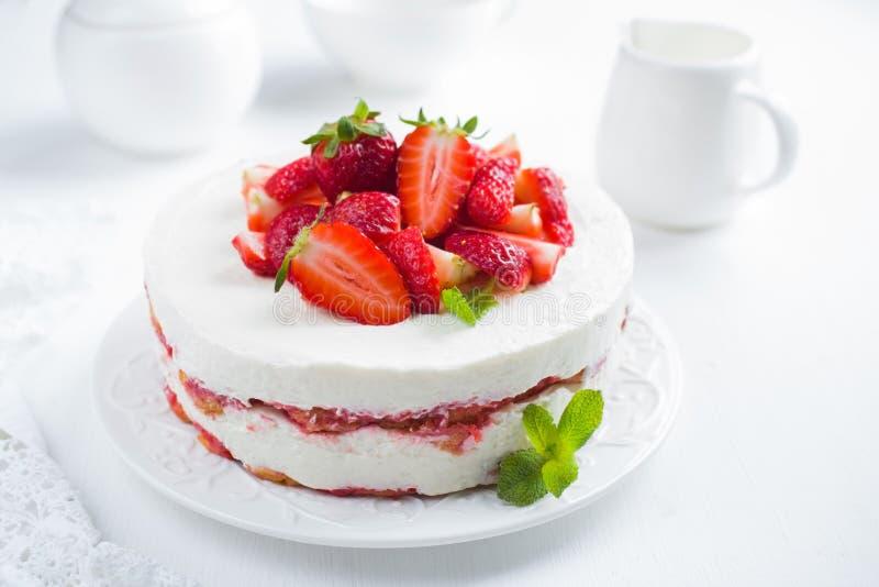 Erdbeeretiramisukuchen auf weißem Hintergrund, stockfotos