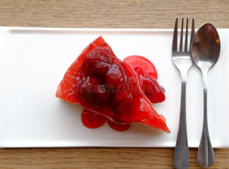 Erdbeerkäsekuchen Beschneidungspfad eingeschlossen lizenzfreie stockfotos