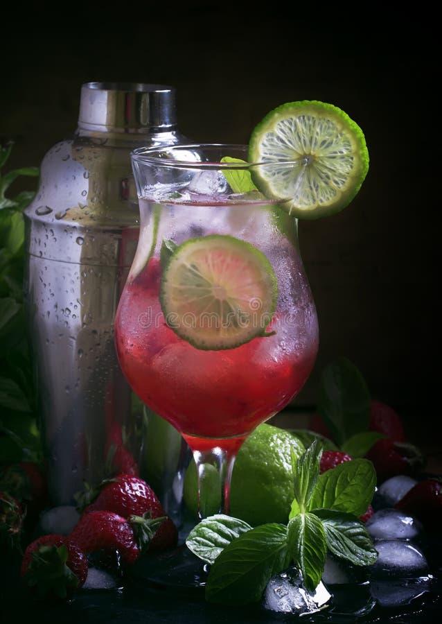 Erdbeerkalk gefror Limonade, nicht alkoholisches Cocktail, schwarze Tabelle mit Barwerkzeugen, selektiver Fokus lizenzfreies stockfoto