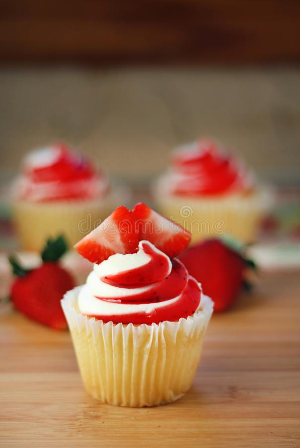 Erdbeerkleiner kuchen stockfotos