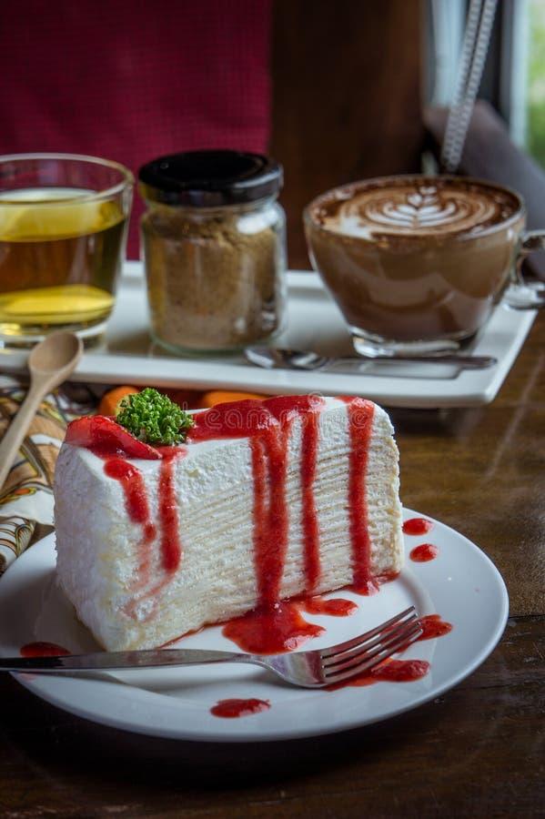 Erdbeerkreppkuchen auf hölzerner Tabelle in der Kaffeestube, Nachtisch tas lizenzfreies stockbild