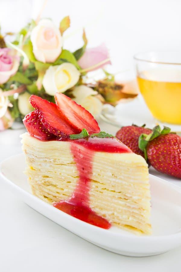 Erdbeerkreppkuchen mit Teeschale stockfotos
