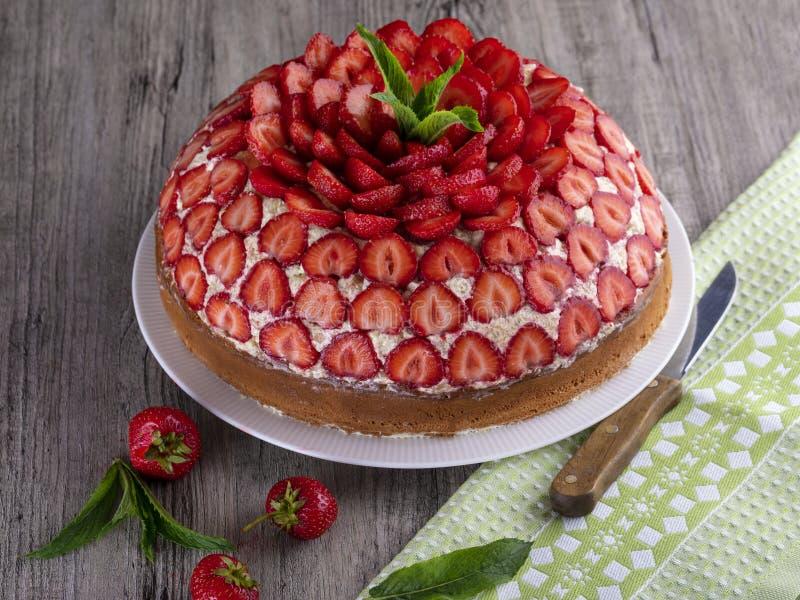 Erdbeerkuchen mit Vanillecreme verzierte mit frischen Erdbeeren stockfotografie