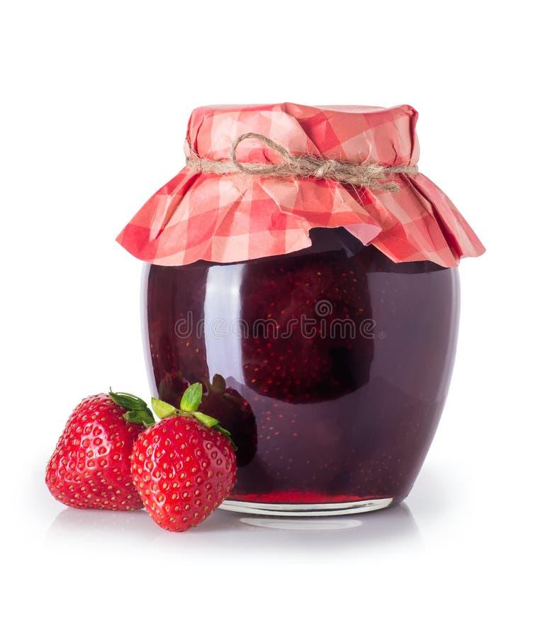 Erdbeermarmelade im Glas lokalisiert stockfotografie