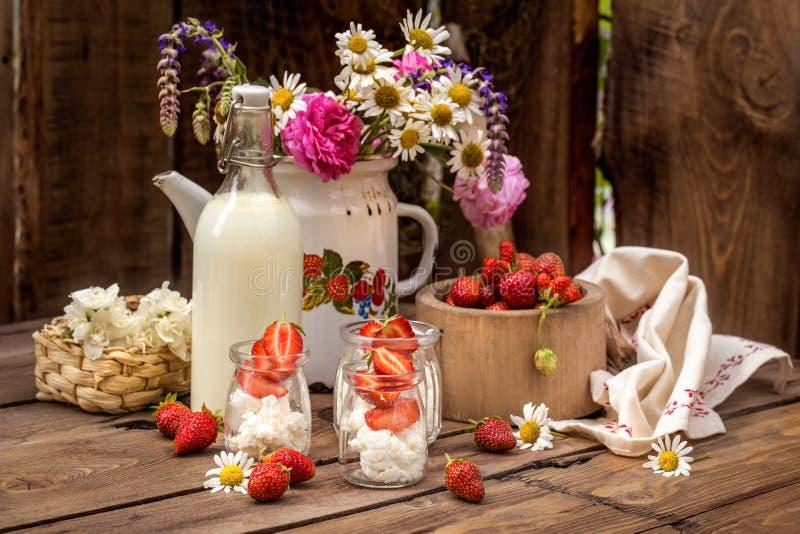 Erdbeermit sahne Käse in den Glasgefäßen, gesunde Nahrung des Sommers lizenzfreies stockbild