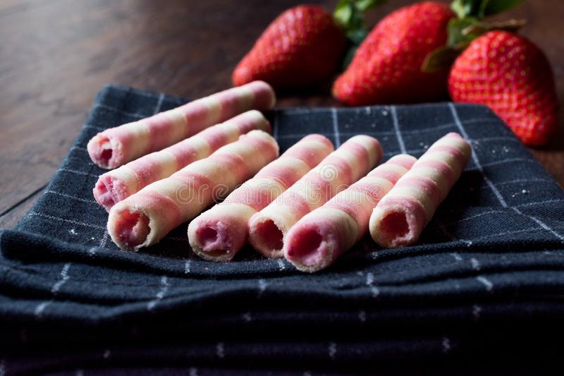 Erdbeeroblate Rolls oder Barquillos-Nachtisch-Stöcke stockfotos