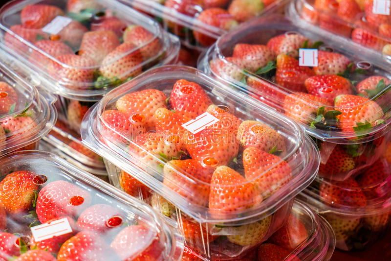 Erdbeerreifes verpackt in den Kästen lizenzfreie stockbilder