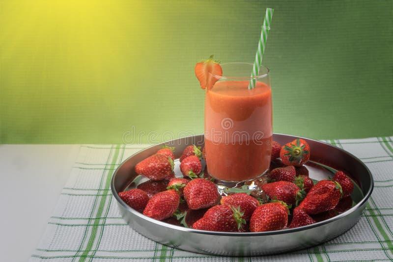 Erdbeersaft mit Beeren lizenzfreies stockbild
