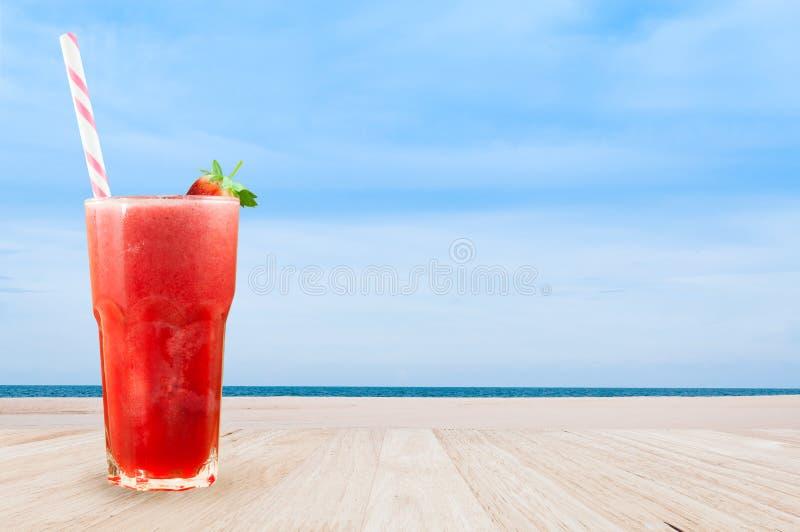 Erdbeersaft Smoothie im Glas mit frischer Erdbeere auf der Tabelle hölzern lizenzfreie stockfotografie