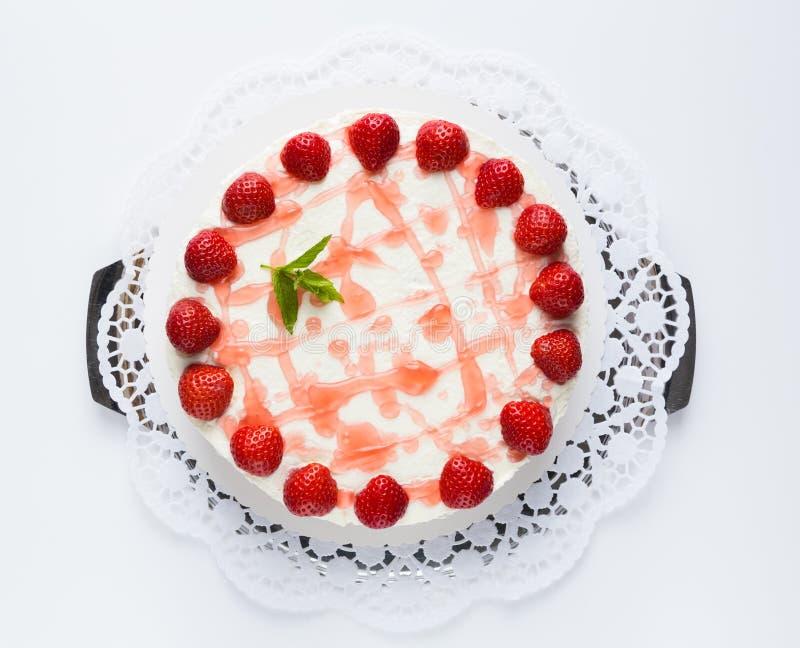 Erdbeersahnekäsekuchen lokalisiert, wie geschnitten lizenzfreies stockbild