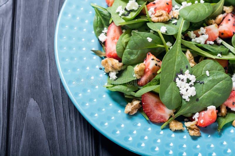 Erdbeersalat mit Spinatskäse und -walnuß Gesunde Nahrung stockbilder