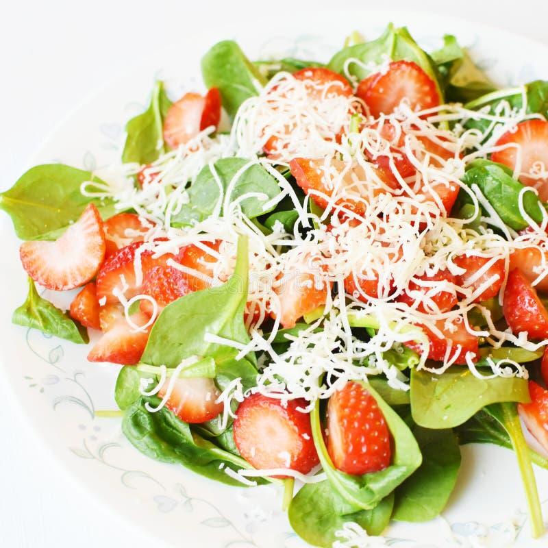 Erdbeerspinats-Salat stockfoto