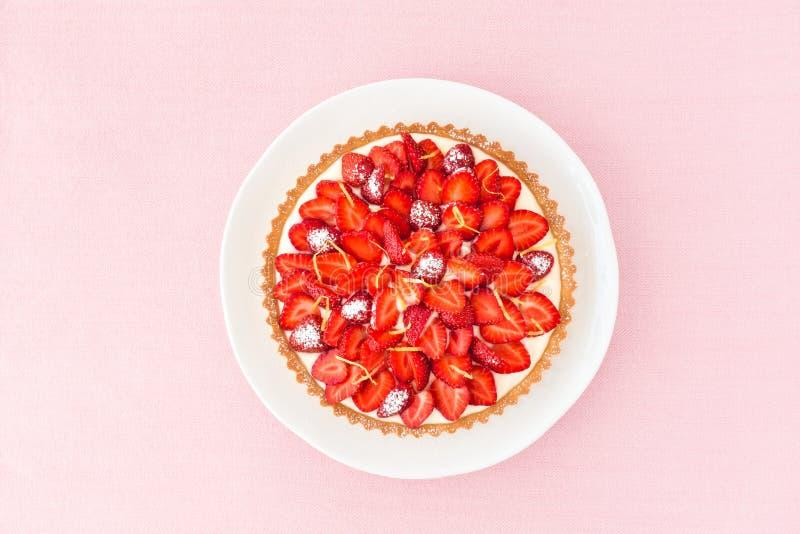 Erdbeertörtchen mit Zitronen-Creme auf rosa Hintergrund stockbilder
