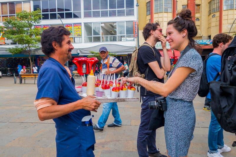 Erdbeerverkäufer in den Straßen von Medellin lizenzfreies stockbild