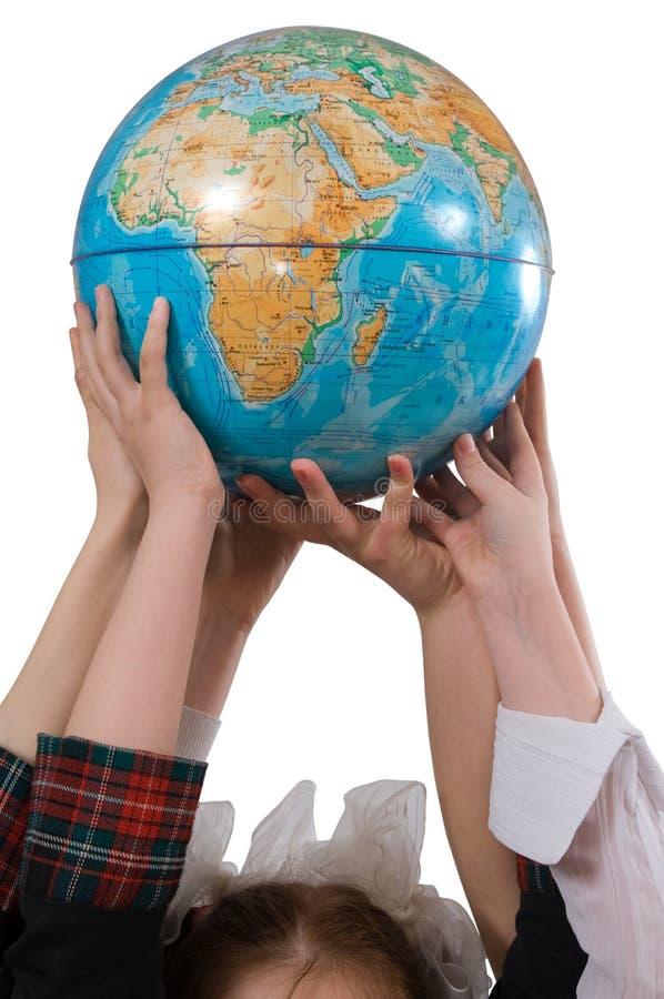Erde in den Händen der Kinder. lizenzfreies stockfoto