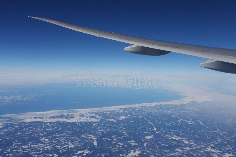 Erde- und Flugzeugflügel stockbild