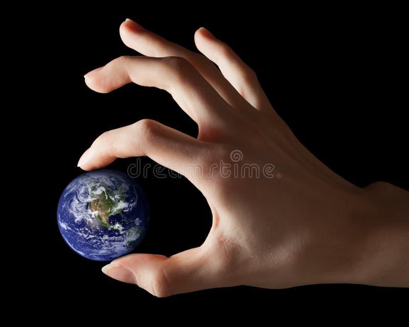 Erde zwischen Fingern lizenzfreies stockbild