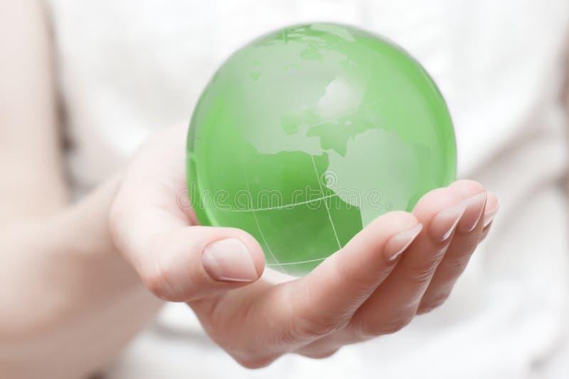 Erdekugel in der Hand lizenzfreies stockbild