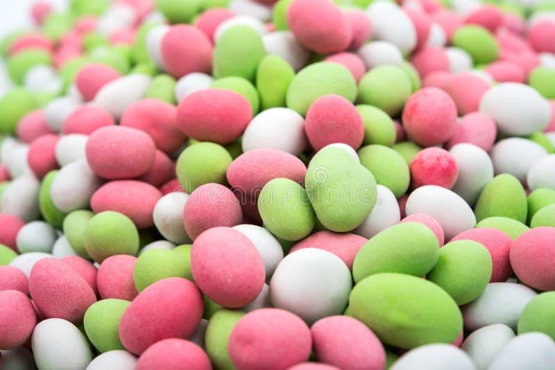 Erdnüsse bedeckt mit mehrfarbiger Glasur stockfoto