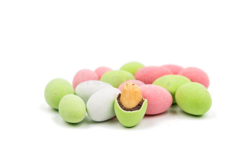 Erdnüsse bedeckt mit mehrfarbiger Glasur stockfotografie