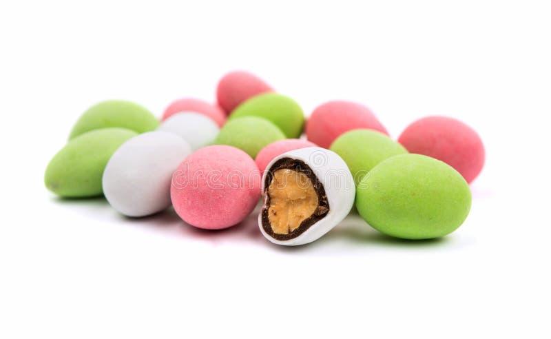 Erdnüsse bedeckt mit mehrfarbiger Glasur lizenzfreie stockfotos