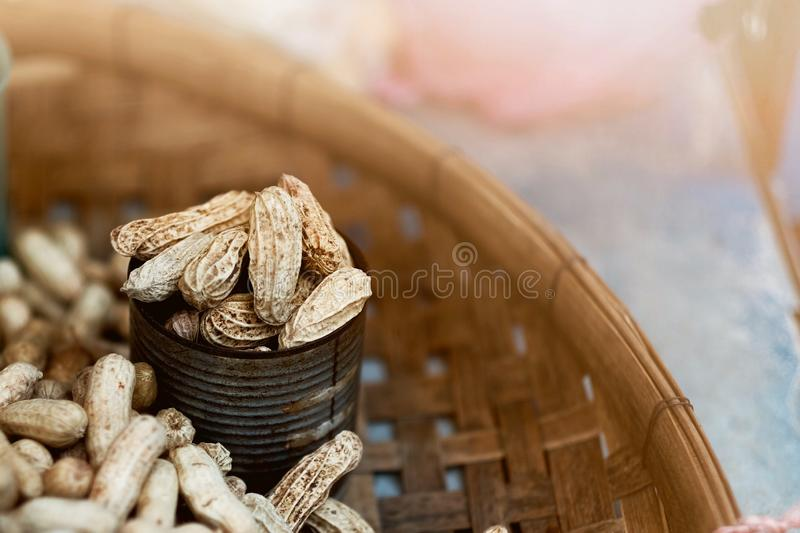 Erdnüsse in den Metalldosen an den lokalen Märkten in Bangkok lizenzfreie stockbilder