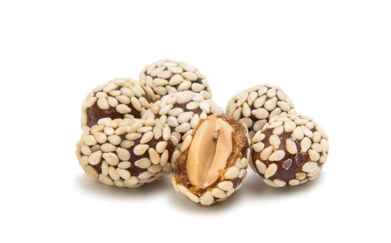 Erdnüsse in den Samen des indischen Sesams stockfotos