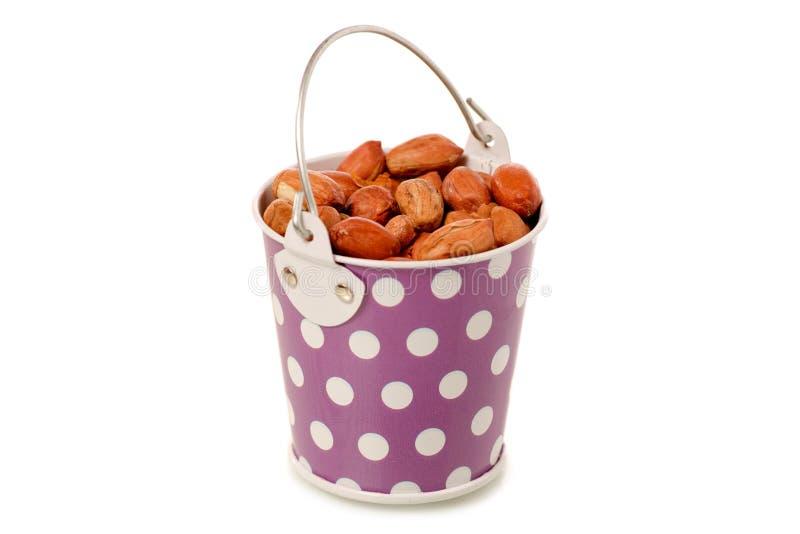 Erdnüsse in einem Eimer lizenzfreie stockbilder