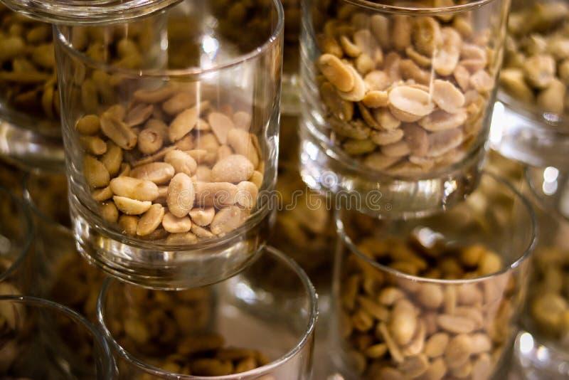Erdnüsse im Glas auf dunklem Hintergrund lizenzfreies stockbild