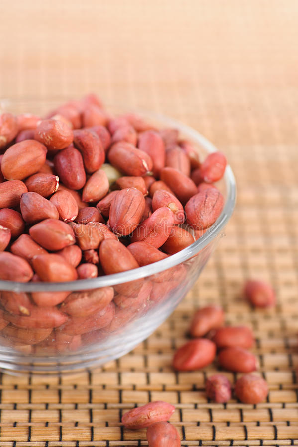 Erdnüsse im Glasvase lizenzfreie stockbilder