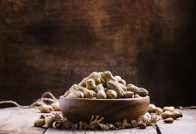 Erdnüsse im Oberteil in einer hölzernen Schüssel, selektiver Fokus lizenzfreie stockbilder