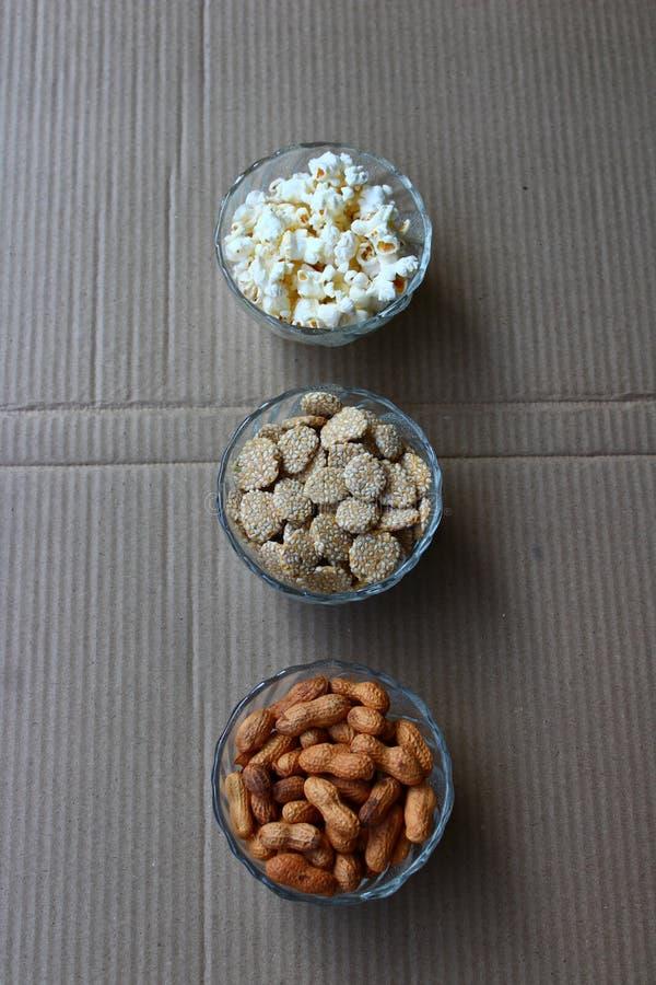 Erdnüsse, Popcorn und rewari lizenzfreies stockbild