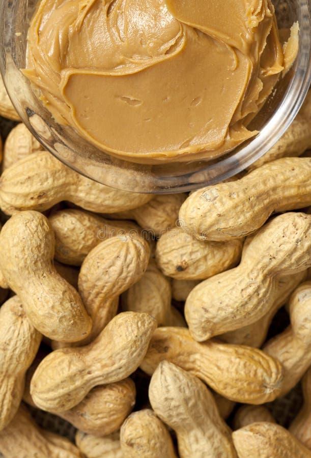 Erdnussbutter und Erdnüsse stockfoto